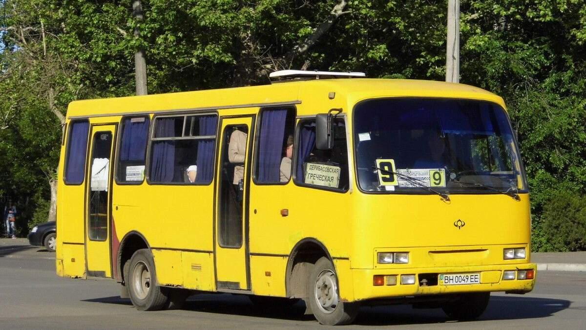 У Миколаєві поліцейські вивели чоловіка без маски з маршрутки: відео