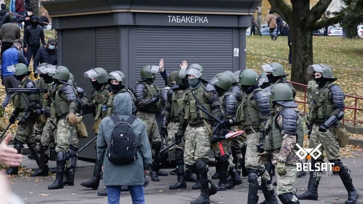 Силовики во время протестов в Минске 1 ноября 2020 стреляли и бросали гранаты: показательные видео