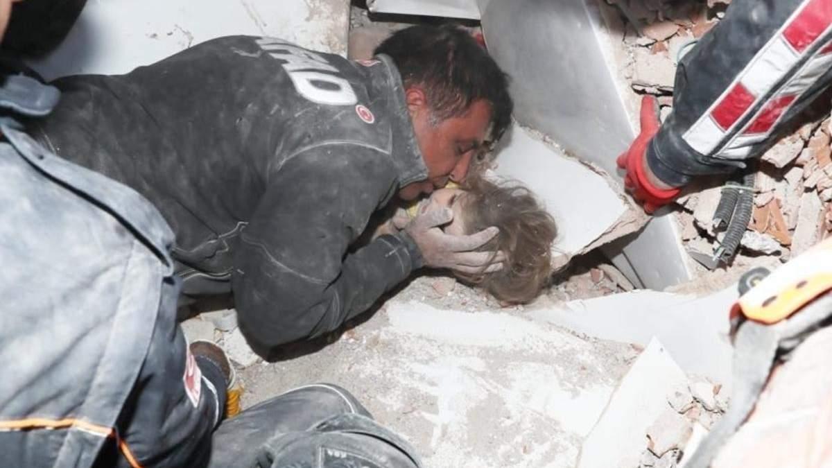 В Измире спасли девочку, которая провела под обломками 91 час фото