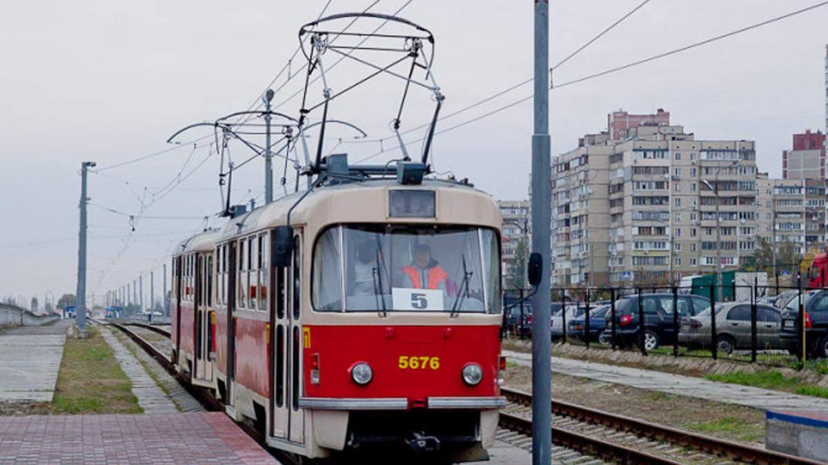 У Києві дівчину без маски виштовхали ногами з трамвая