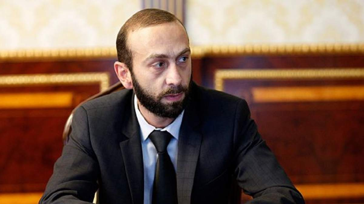 Конфликт в Армении: спикера парламента Мирзояна избили, видео