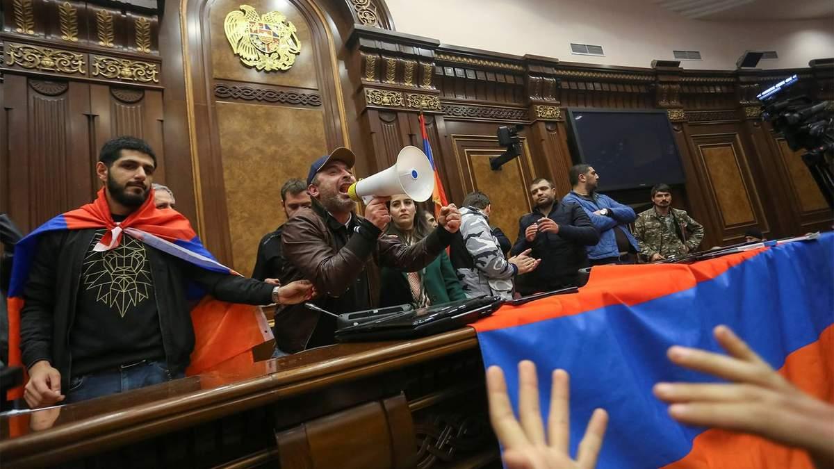 Столкновения в Армении обострились: люди требуют отставки Пашиняна