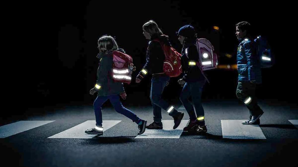 У темний час доби пішоходи повинні носити світловідбивні елементи