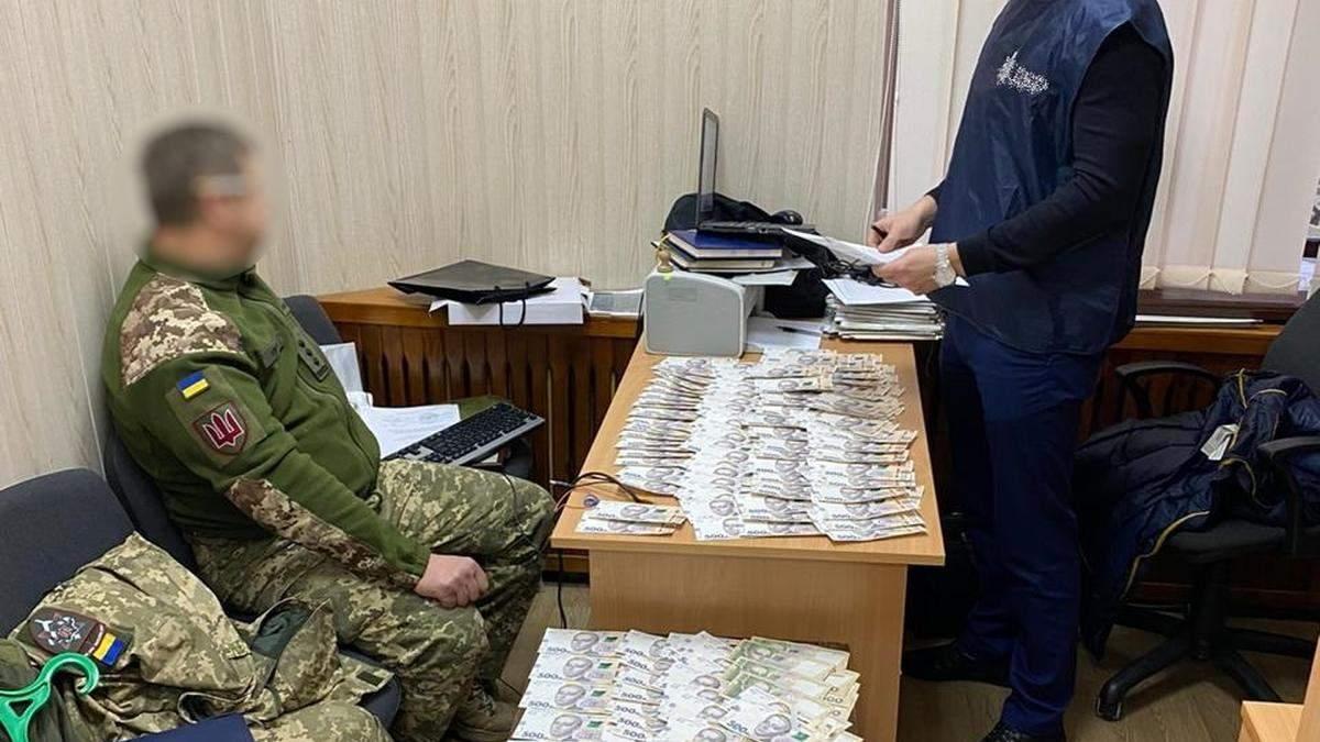 Високопосадовця Міноборони затримали на хабарі у 400 тисяч