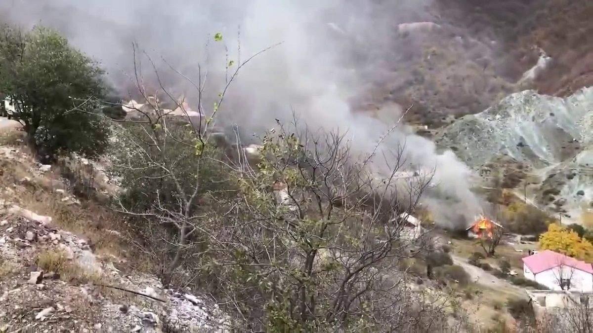 Армяне сжигают дома в Карабахе, чтобы не достались азербайджанцам: видео