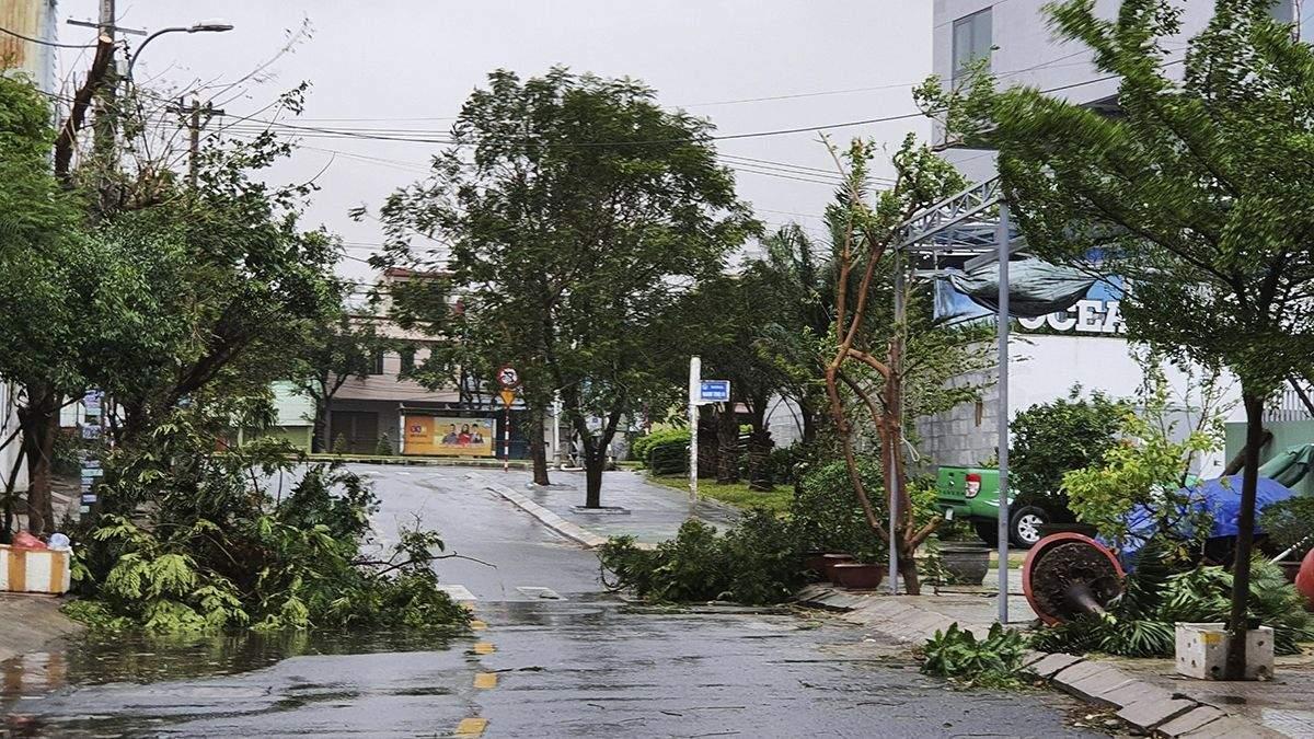 До В'єтнаму наближається масштабний тайфун: сотні тисяч людей евакуюють