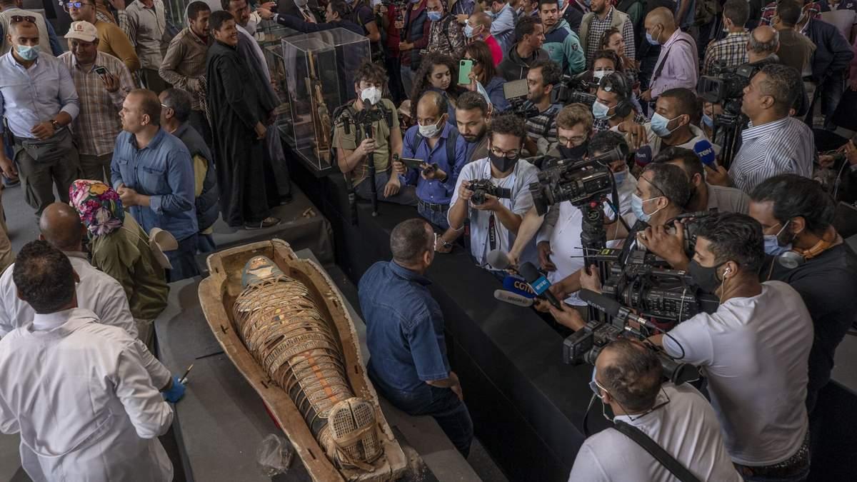 В Египте обнаружили более 100 саркофагов: в одном есть мумия – фото