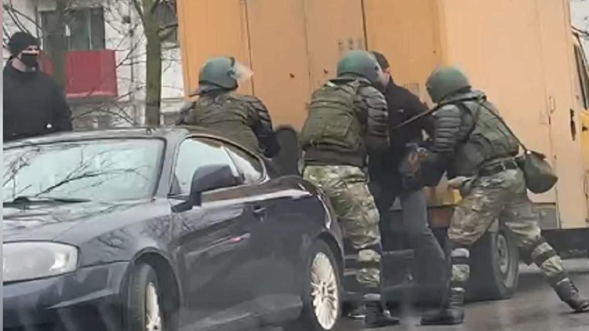 Силовики жорстоко побили активіста у Мінську 15.11.2020: відео