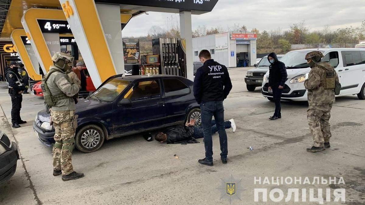 Озброєного чоловіка затримали на АЗС у Закарпатській області