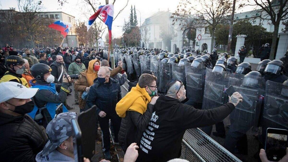 Тисячі людей вийшли на протест проти карантину у Словаччині: відео