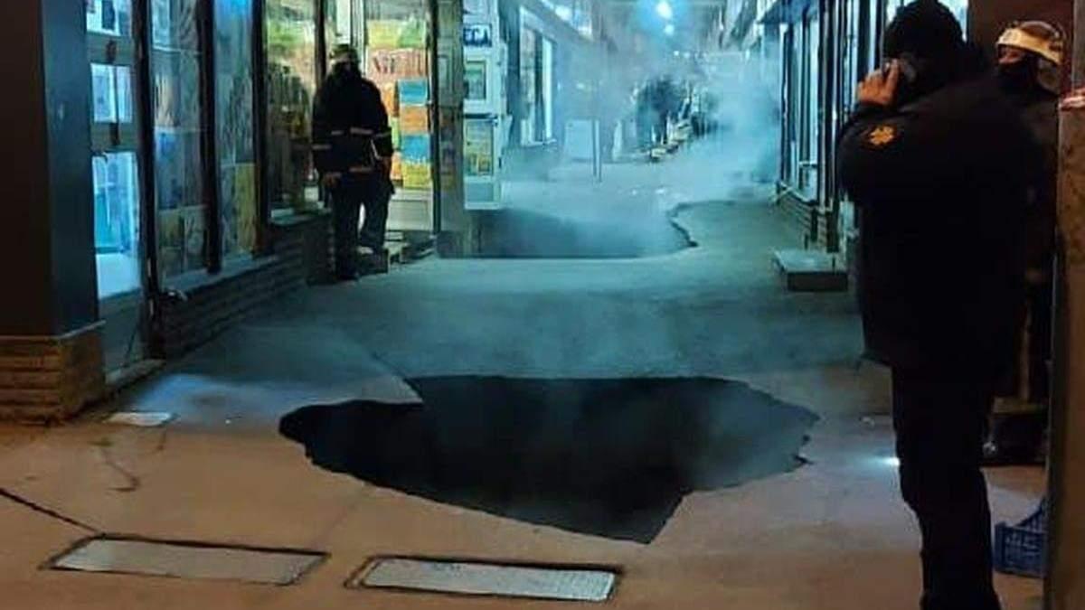 У Харкові на вході до великого ринку масштабно обвалився асфальт