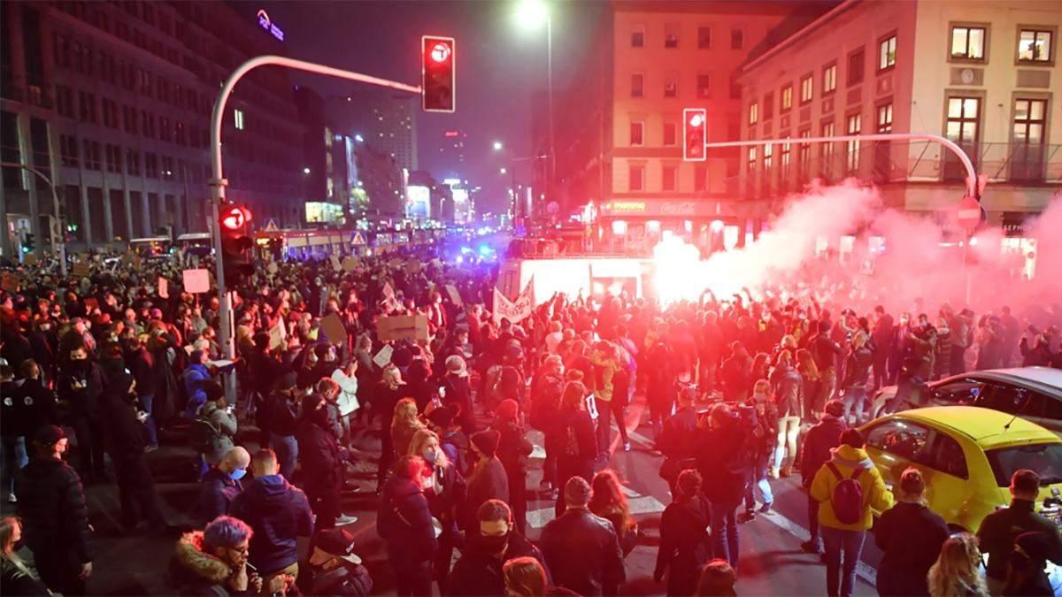У Польщі не припиняються протести проти заборони абортів: поліція 18 листопада 2020 застосувала силу та сльозогінний газ