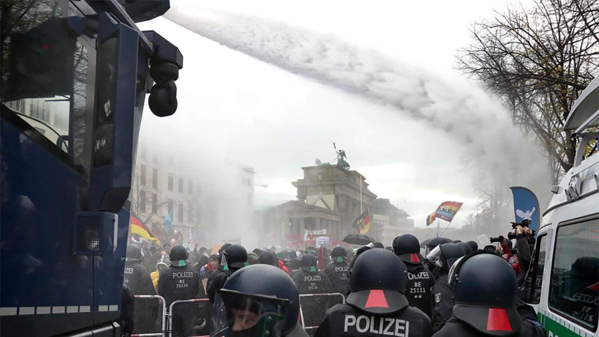 В Берлине из-за протестов полиция задержала 365 человек: детали