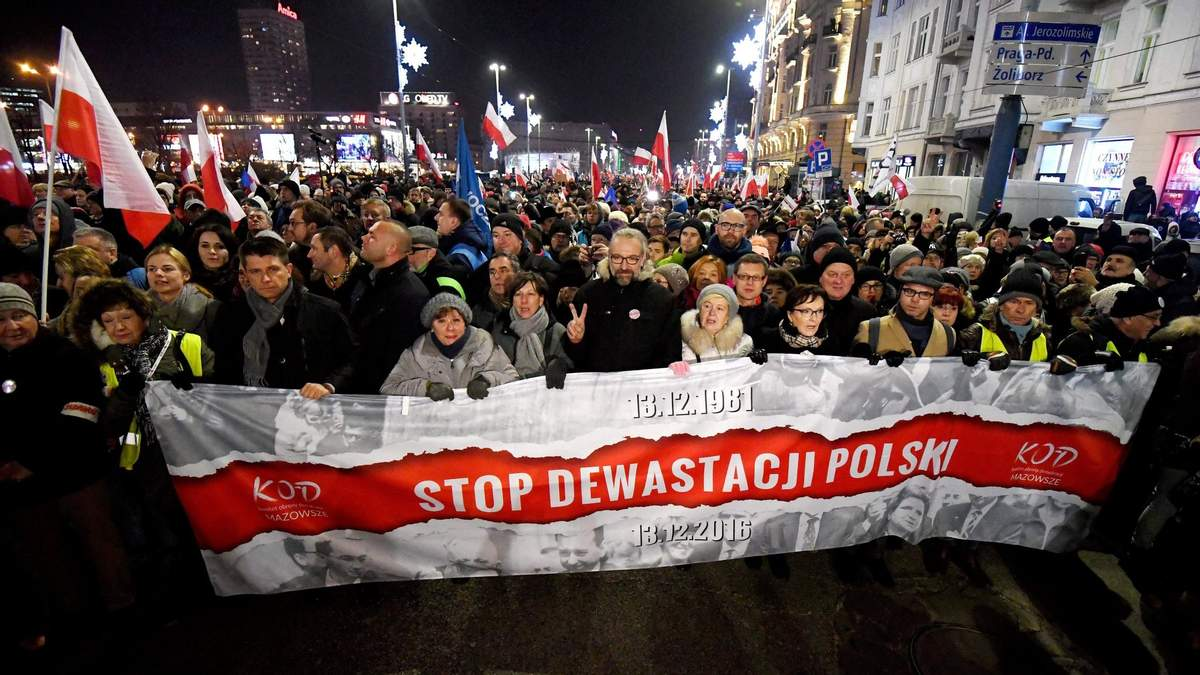Остановите уничтожение Польши - баннер на акции протеста