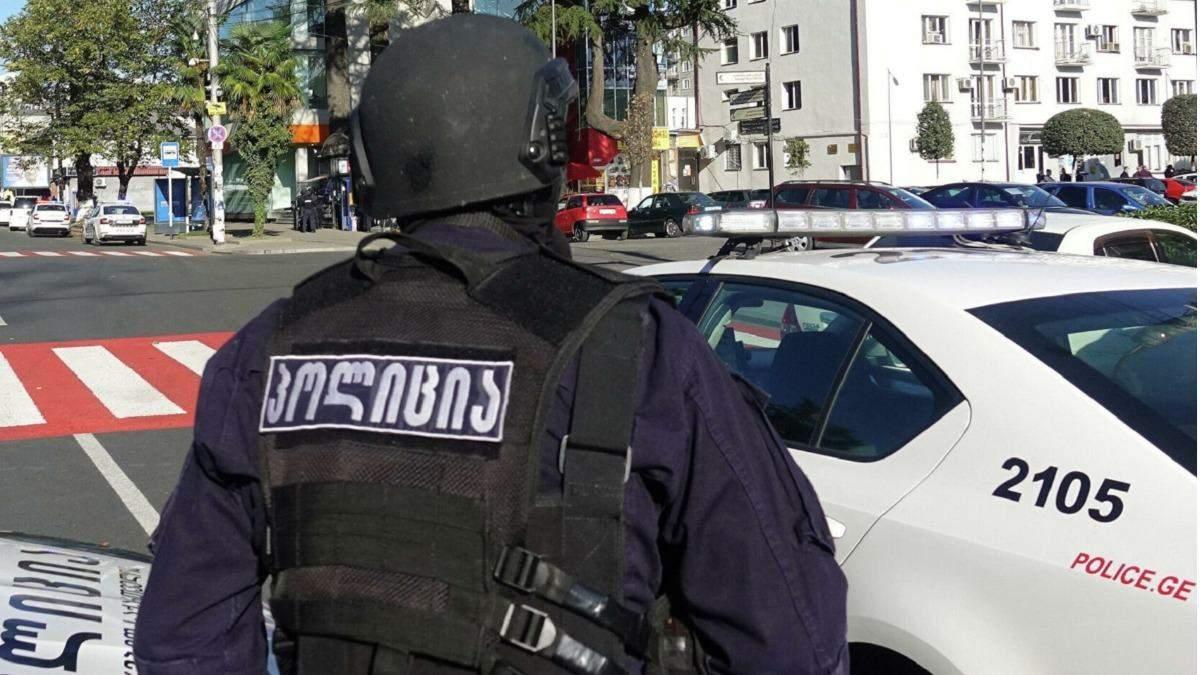 Озброєний гранатою: у Грузії чоловік захопив у заручники людей