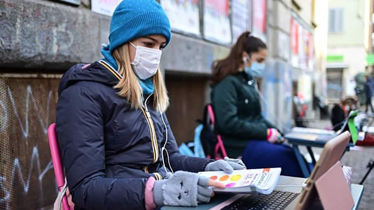 Проти дистанційного навчання: в Італії школярка почала сидячий протест