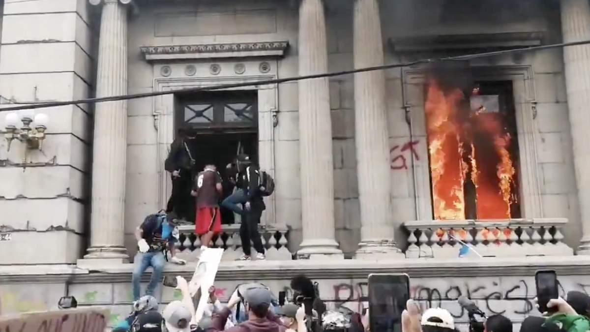 У Гватемалі – масові протести, люди підпалили парламент: відео
