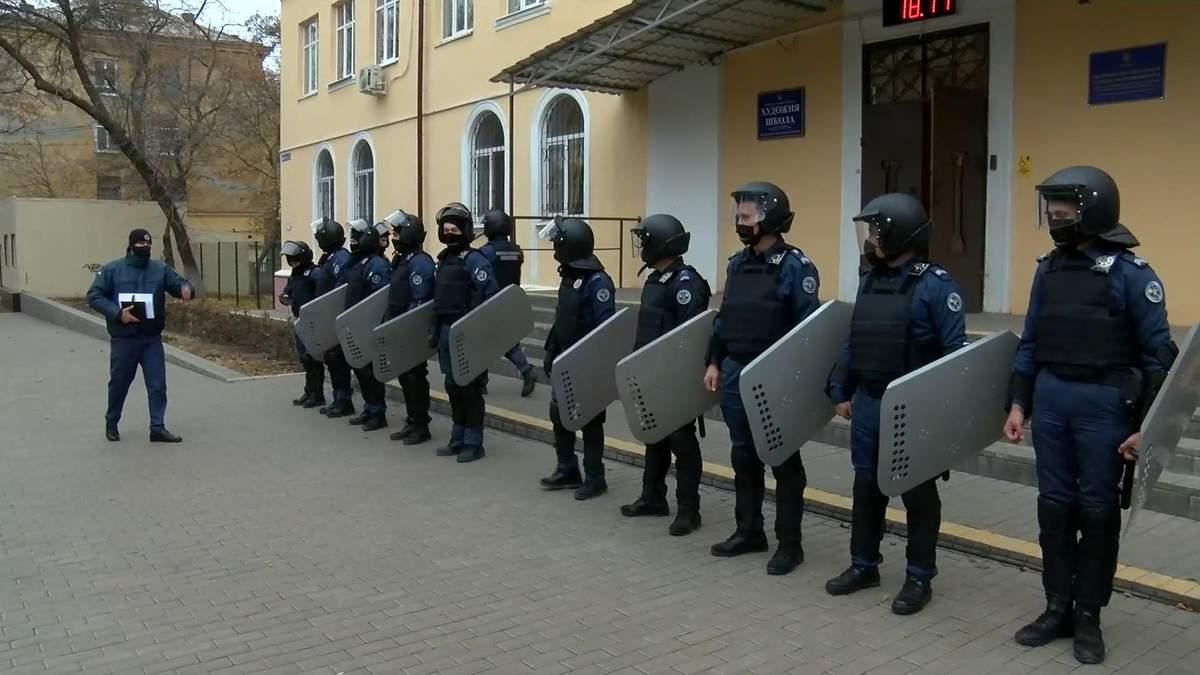 В Краматорске учили охранников суда спасаться от активистов