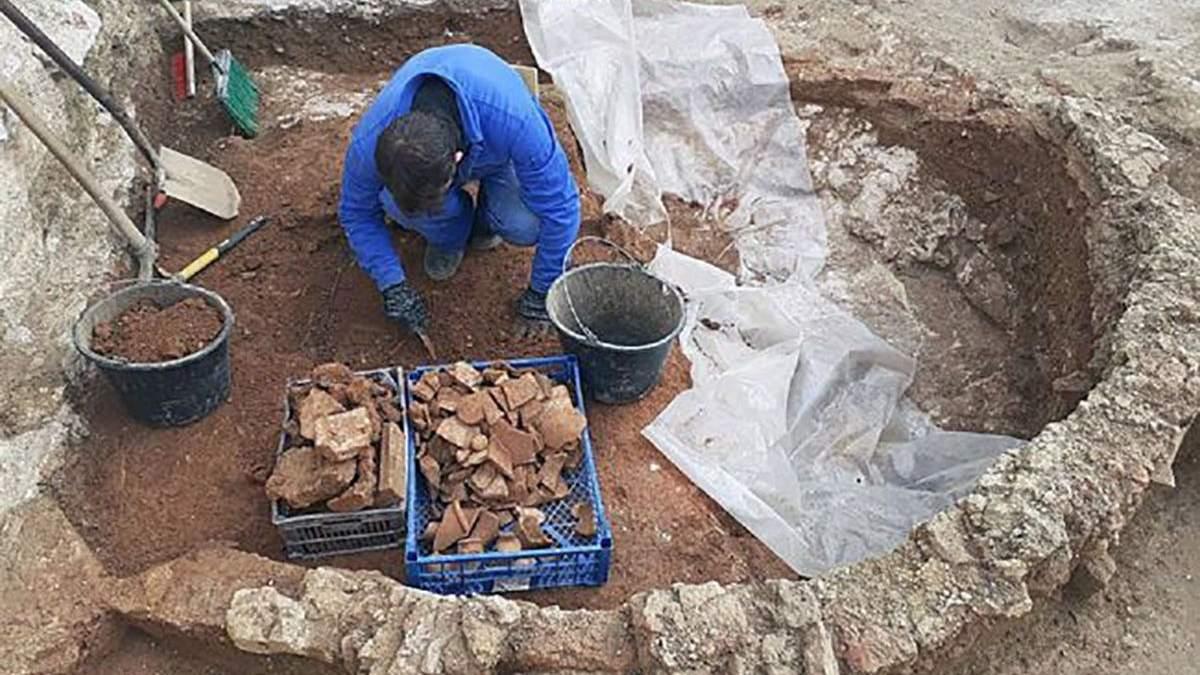 В Крыму археологи раскопали древнюю керамическую мастерскую фото