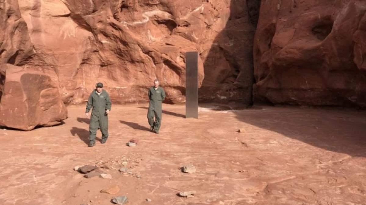 В пустыне США нашли странный металлический монолит: фото, видео