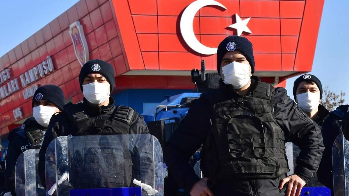 Поліція на турецькій авіабазі, де проходив суд