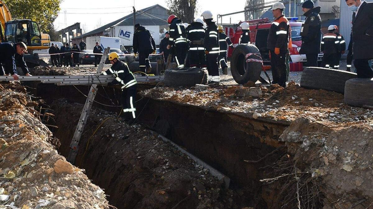 В Николаеве привалило землей в траншее двоих мужчин: фото, видео