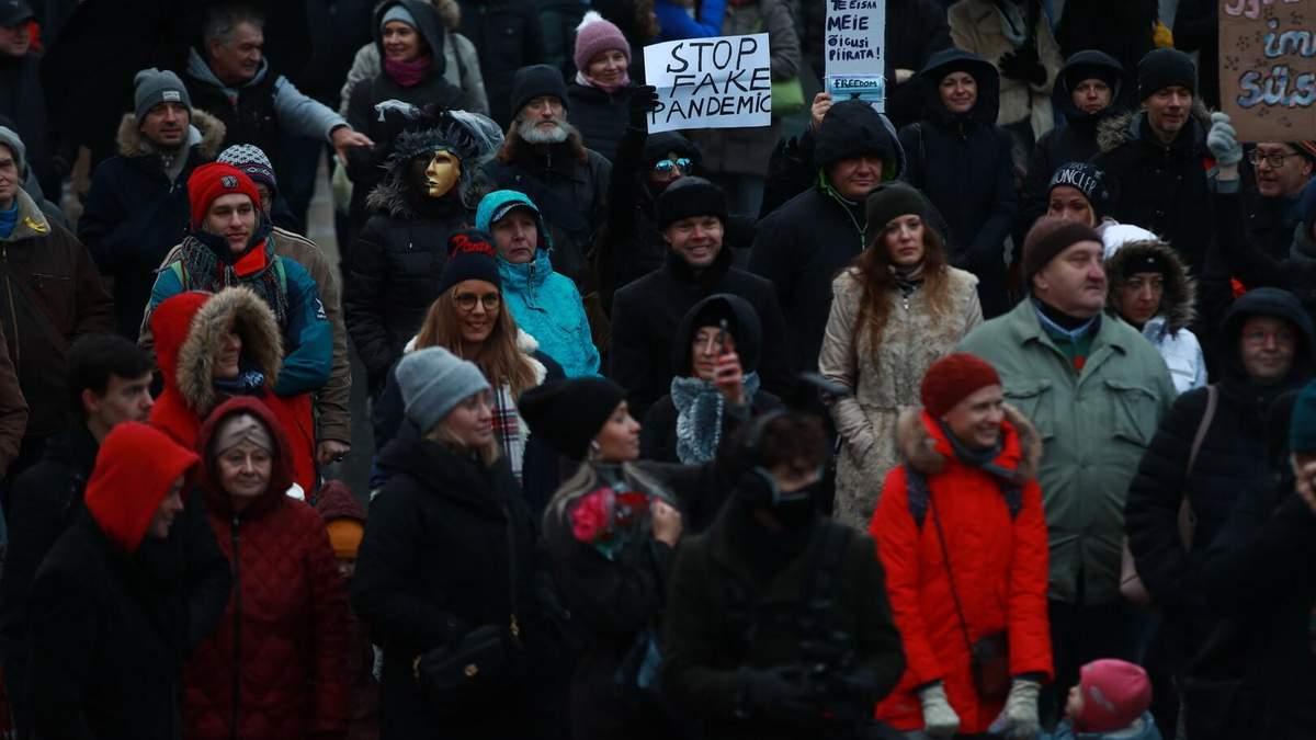 В Естонії спалахнули масові протести через захисні маски: фото