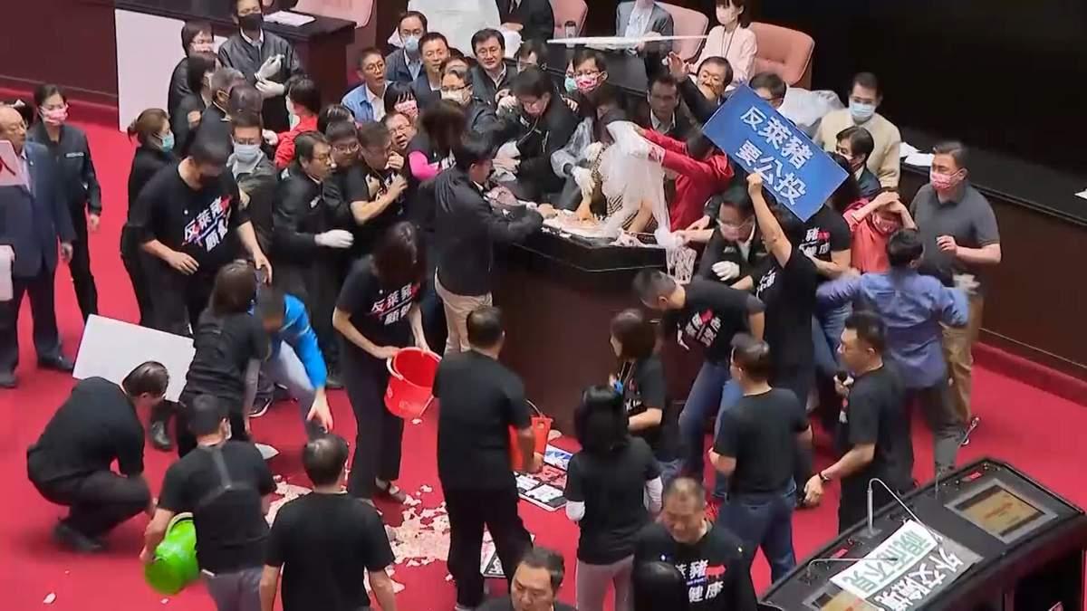В парламенте Тайваня премьера страны забросали свиными потрохами