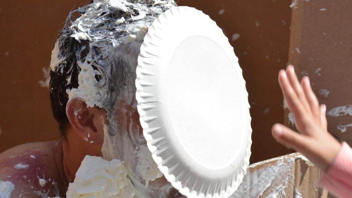 В Запорожье владелец кафе залепил тортом в лицо активисту: видео