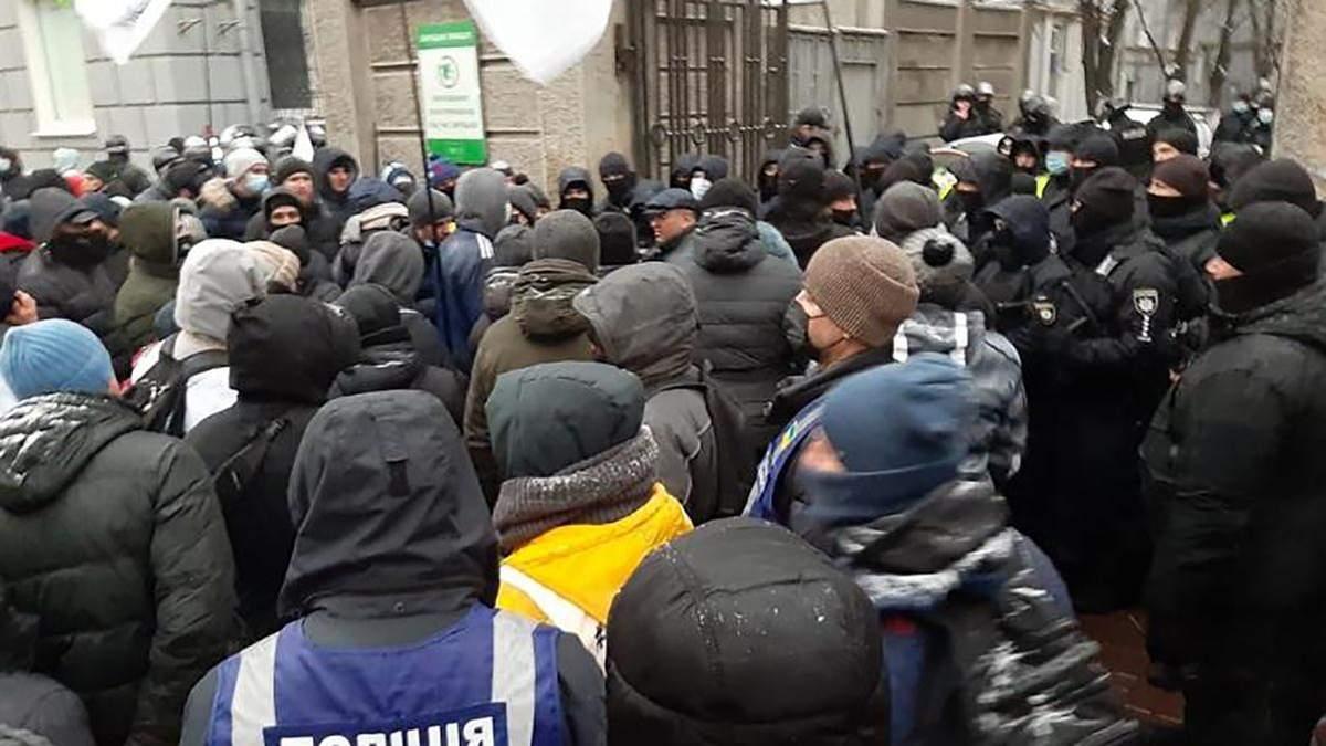 ФЛПы перекрыли входы и выходы из Рады вечером 1 декабря 2020: возникли столкновения – видео
