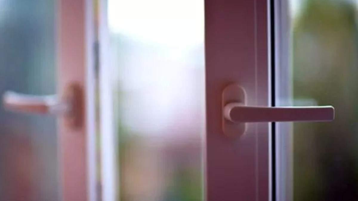 У Кропивницькому 4-річна дівчинка впала з вікна 8 поверху