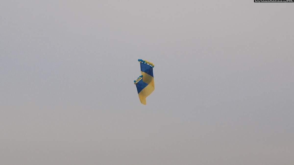 По случаю Дня ВСУ над оккупированным Крымом запустили 20-метровый флаг Украины и проукраинские листовки: фото и детали акции