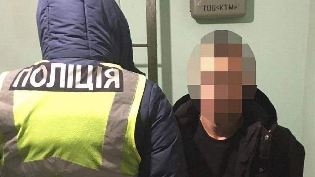В Киеве поймали мужчину, который по вечерам грабил женщин
