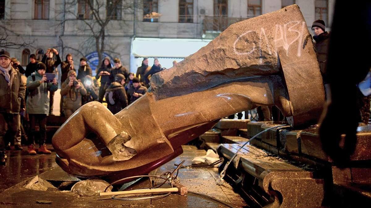 Ленинопад в Украине 2020: фото как валили памятники Ленину
