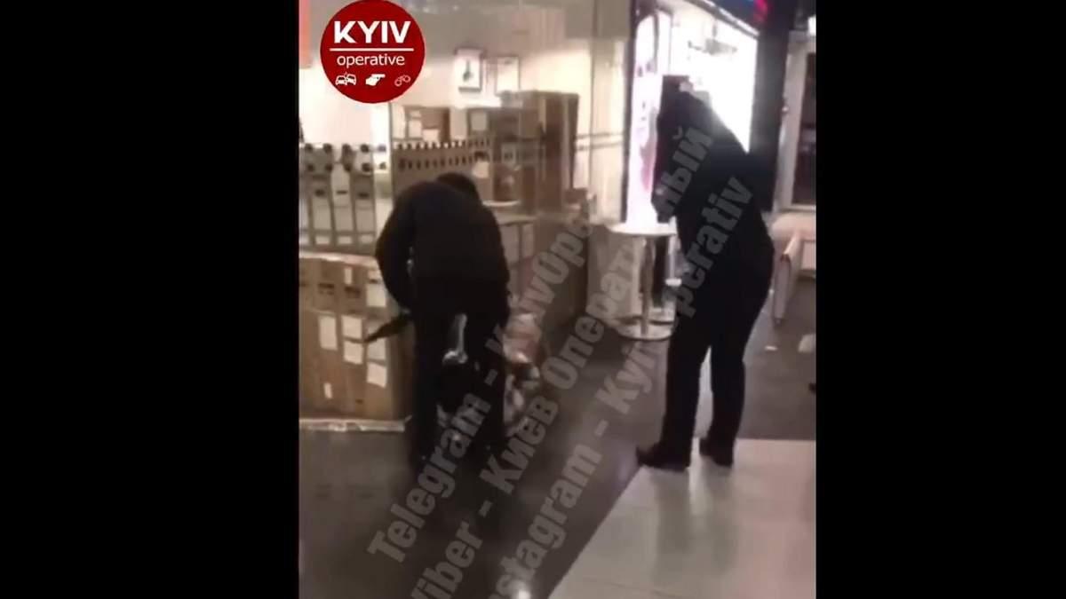 В Киеве в Ocean Plaza охранники избили парня: он был без маски