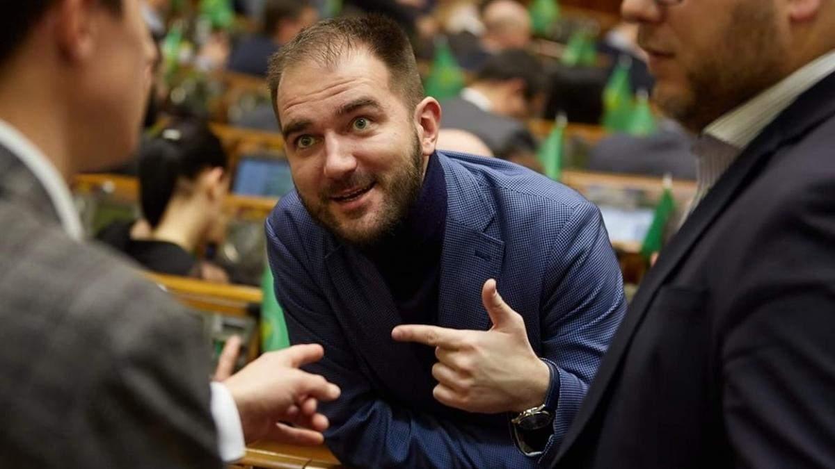 Нардеп Юрченко бросал окурки из-за конфликта с мужчинами