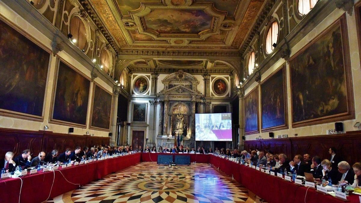 Венецианская комиссия обнародовала срочные выводы относительно КСУ