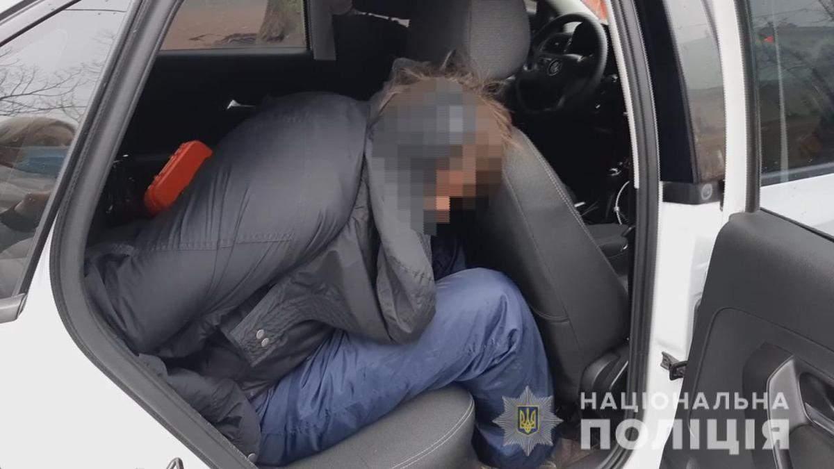 В Одессе мужчина угрожал взорвать гранату в McDonald's