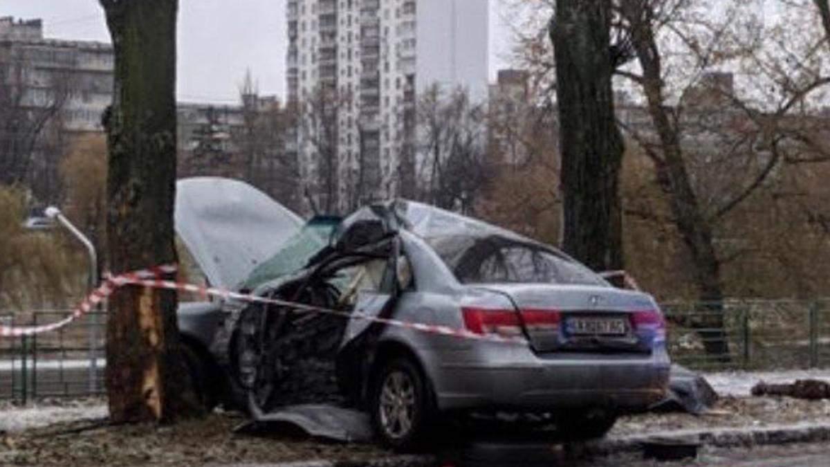 У Києві на Русанівці 11.12.2020 автівка влетіла у дерево: є жертви