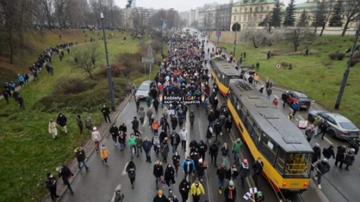 У Варшаві люди влаштували антиурядовий марш: фото, відео