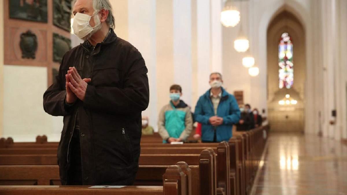 Уряд посилив карантин: як працюватимуть церкви на Різдво