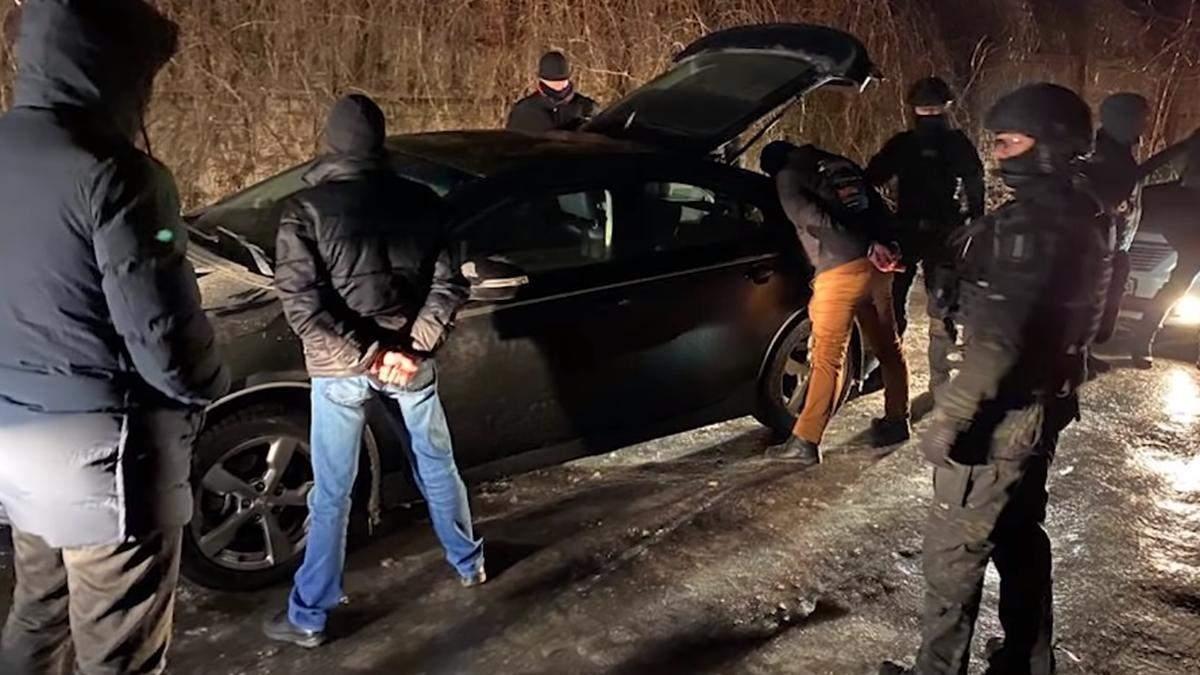 Суд відпустив поліцейських, які утримували чоловіка в гаражі