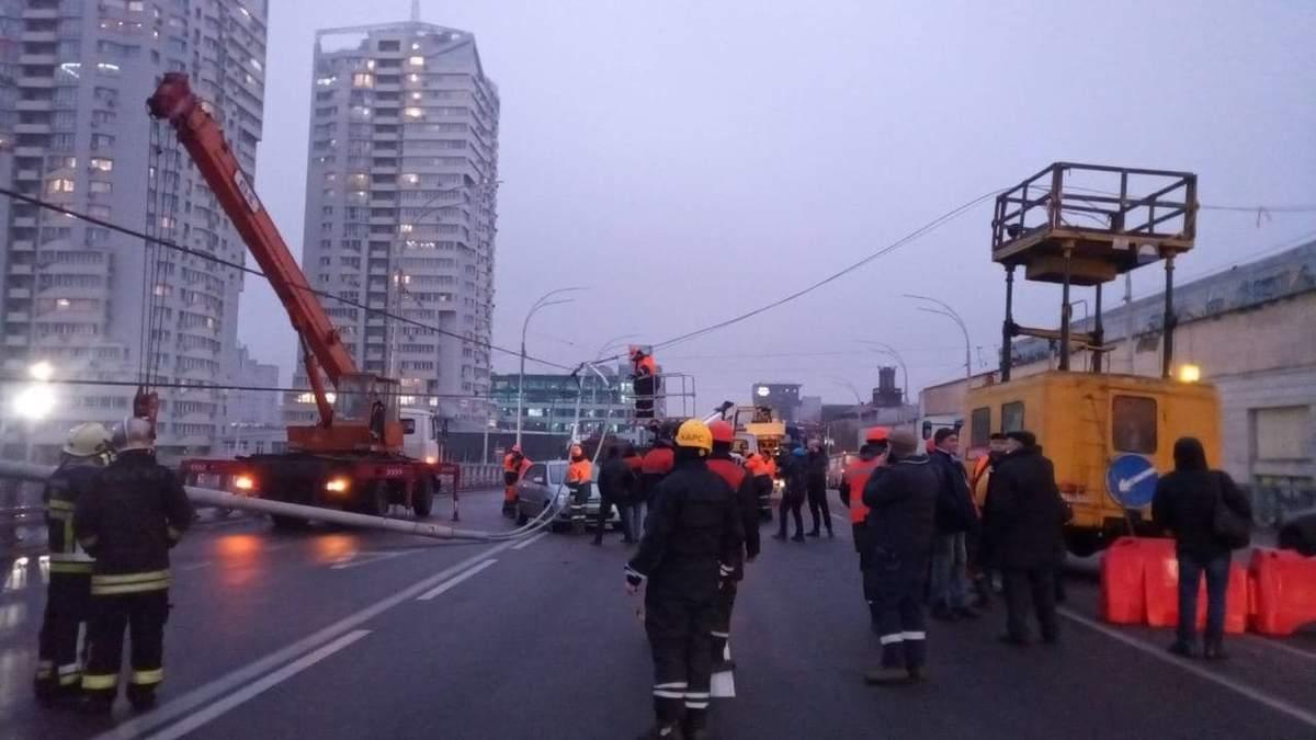 На Шулявском мосту упали опоры освещения