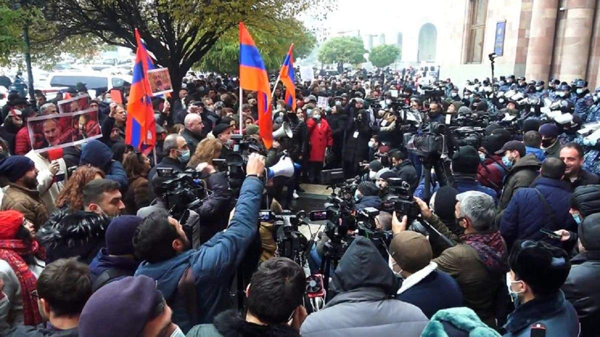 У Єревані люди вийшли на багатотисячний протест: відео