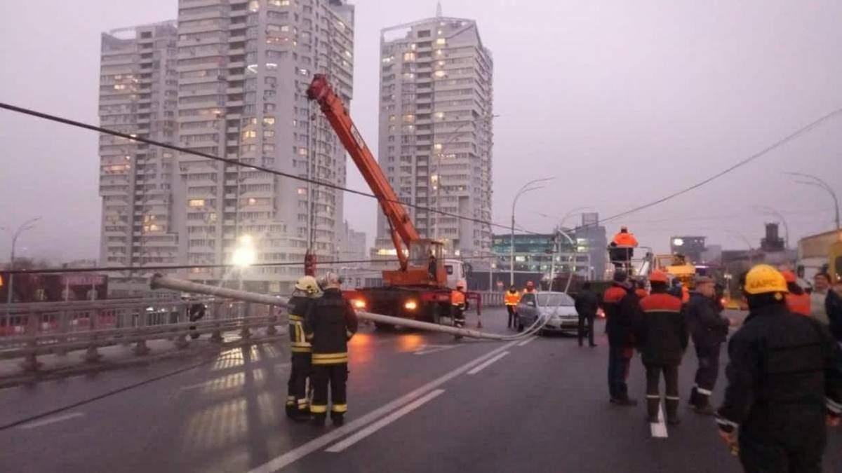 На Шулявському мосту впали електростовпи: відкрили кримінальну справу