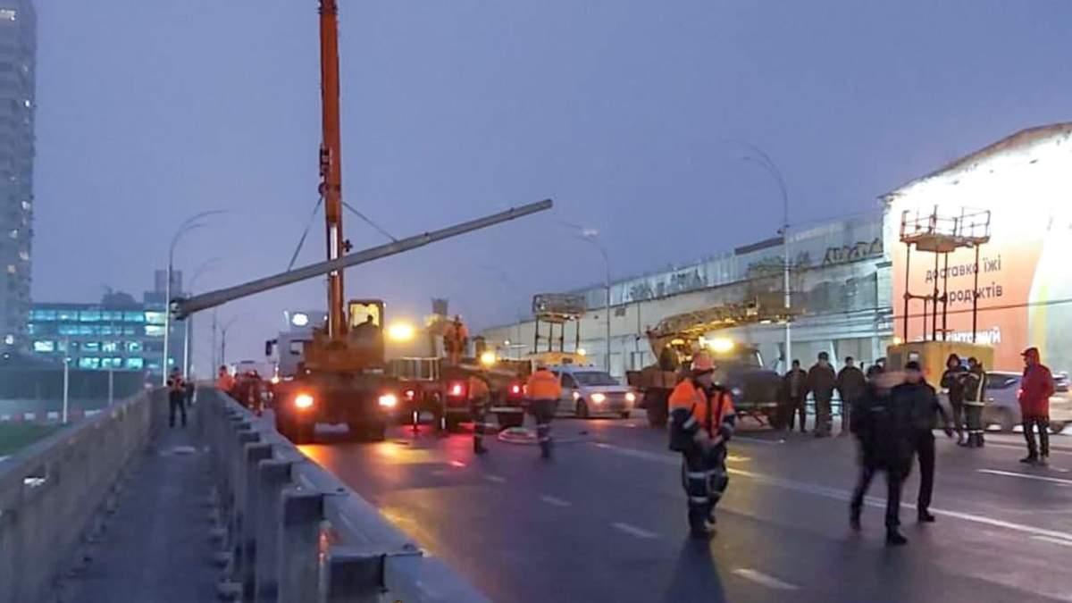 Момент падіння опор освітлення на Шулявському мості потрапив на камери