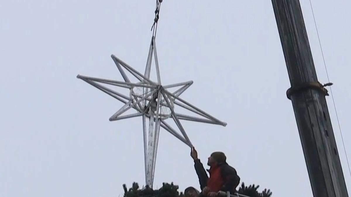 В Киеве 17.12.2020 на главной елке страны появилась звезда