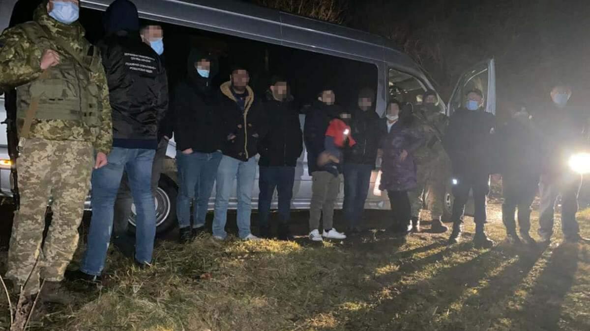 Львівські прикордонники затримали автобус з нелегалами з Іраку та Туреччини: фото