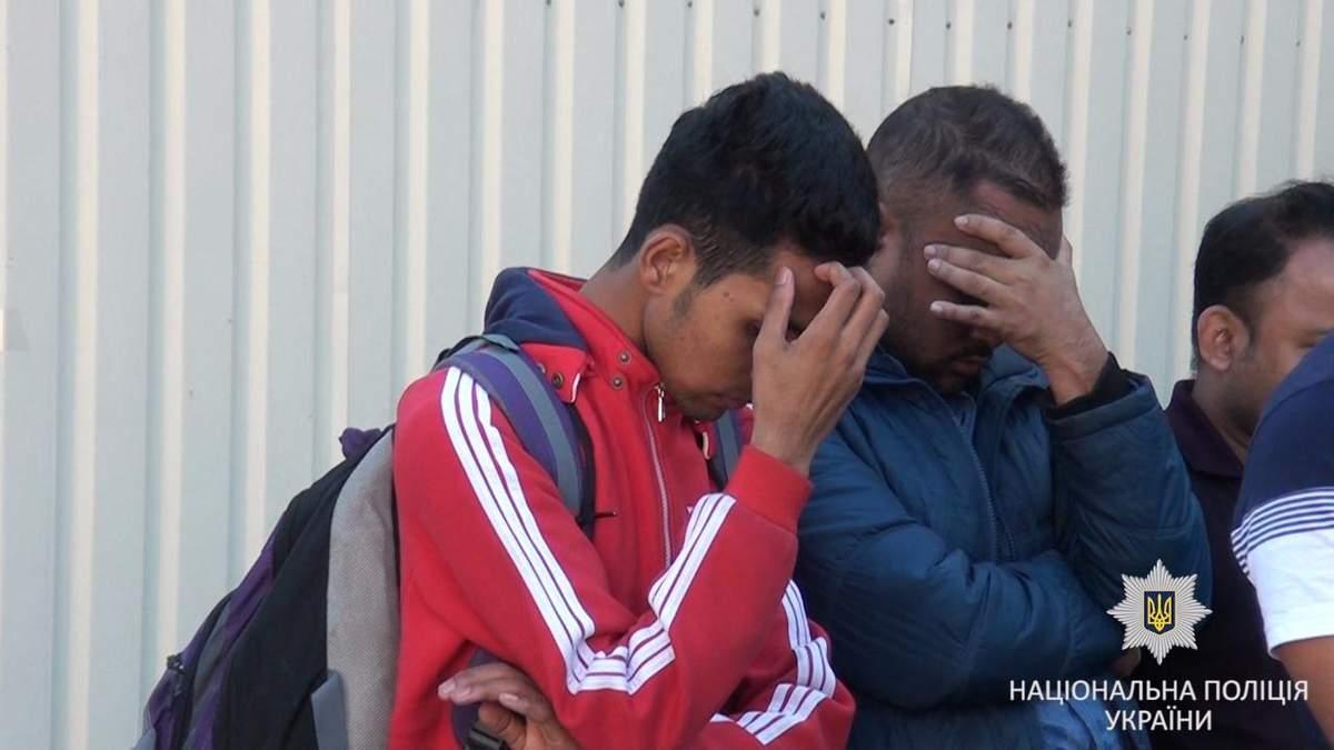 На заході України затримали чоловіків, які допомагали мігрантам незаконно потрапити в ЄС