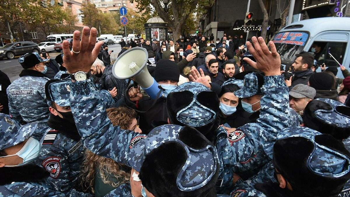 Протестующие в Ереване заблокировали админздания и будут ночевать